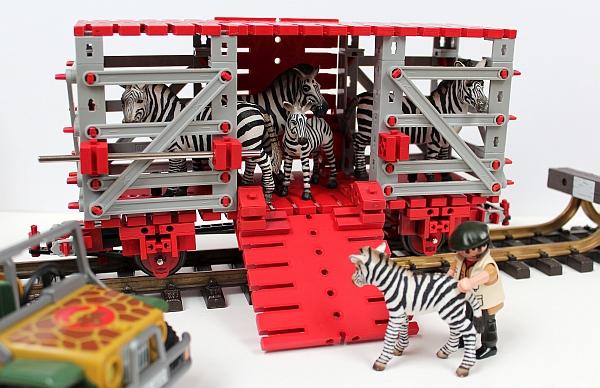 Viewaggon mit Playmobil-Personal und Schleich-Ladung...